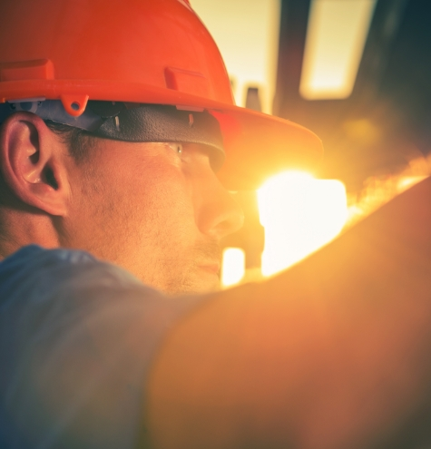 construction-worker-in-sun-P336PY6 (1)